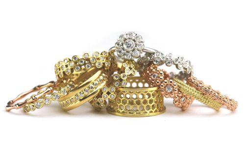 pilha de jóias