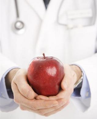 segurando um maçã
