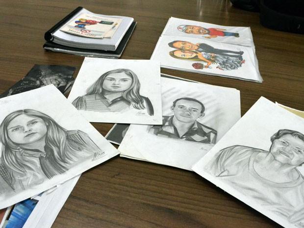 Retratos rápidos de clientes e caricaturas de casais feitas por Alison Pereira (Foto: Samantha Silva / G1)
