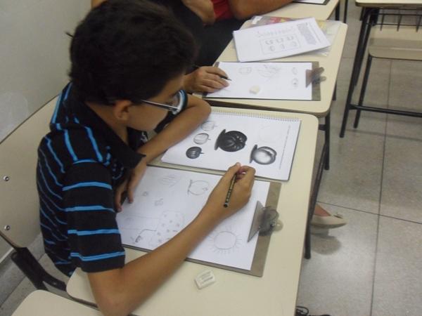 Desenho Realista de Carlos Damasceno - Criança estudando desenho