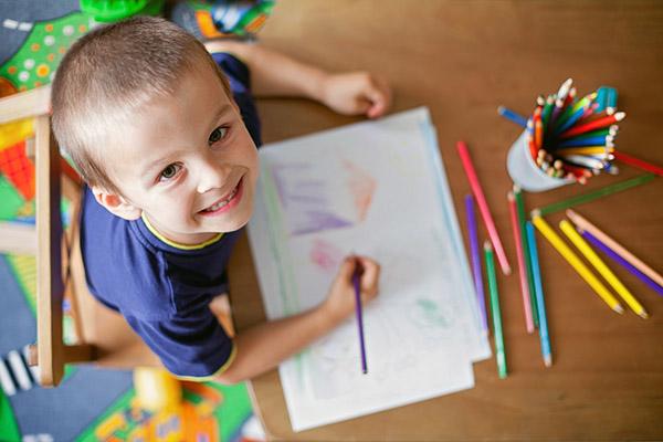 Resultado de imagem para criança desenhando