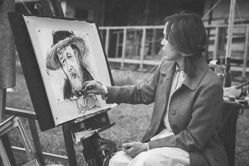 Mulher fazendo um Retrato na Rua