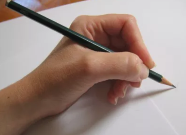 maneiras de segurar um lápis e melhorar seus desenhos - Pegada básica com 3 dedos
