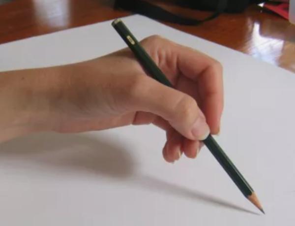 maneiras de segurar um lápis e melhorar seus desenhos - Pegada com 3 dedos e o pulso suspenso