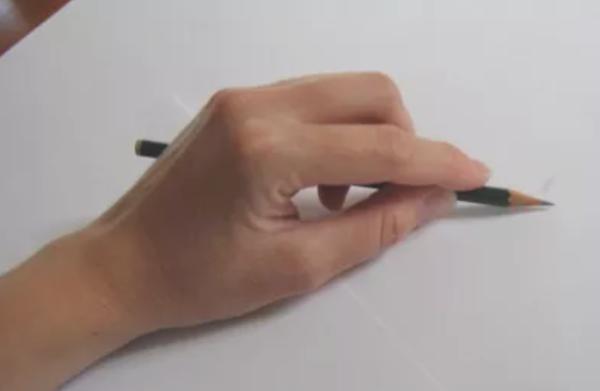 maneiras de segurar um lápis e melhorar seus desenhos - Pegada com a mão por cima do Lápis
