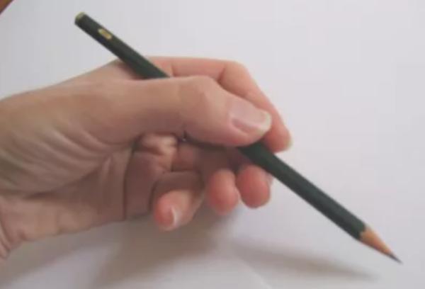 maneiras de segurar um lápis e melhorar seus desenhos - Pegada com a mão por baixo do Lápis