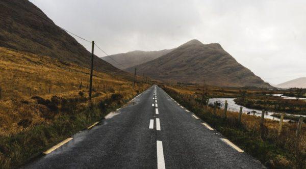 Fotografia de uma paisagem mostrando uma perspectiva (Westport Road, Clifden, Irlanda)